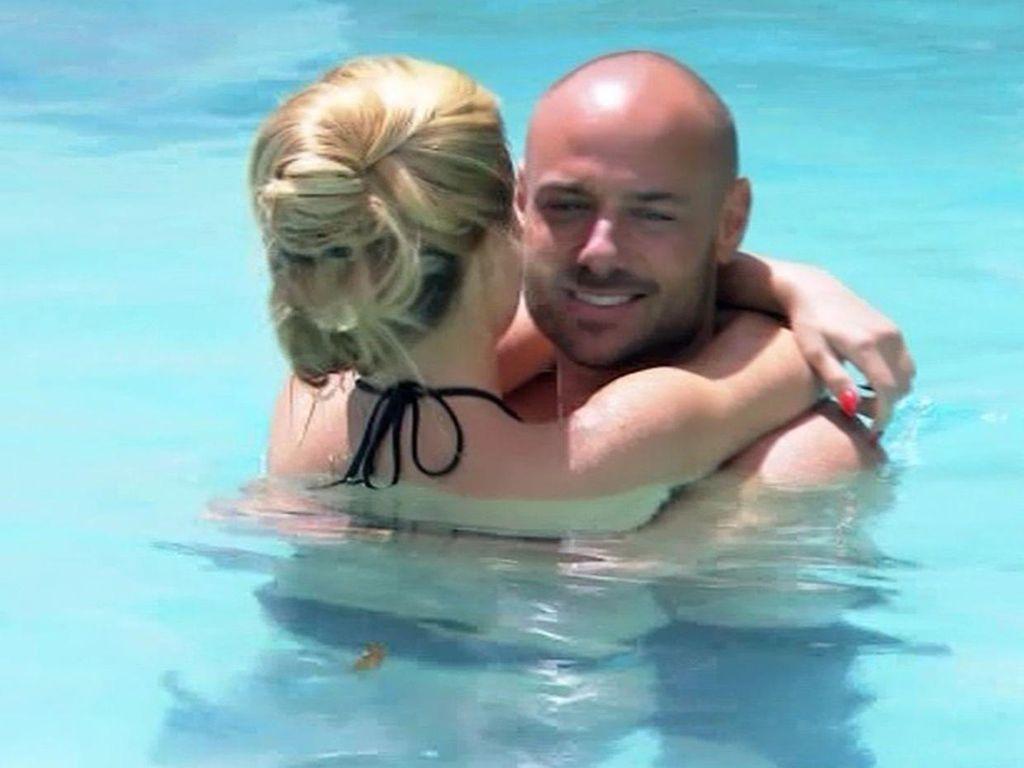 Bachelor Christian und Angelina baden im Pool