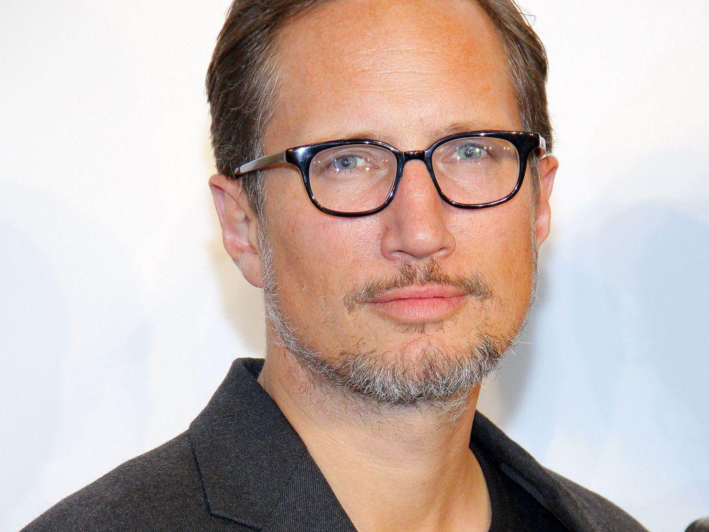 Benno Fürmann mit Brille und grauem Bart