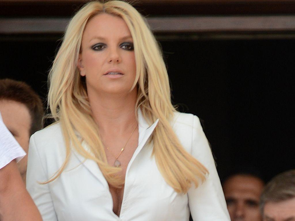 Britney Spears im weißen Blazer
