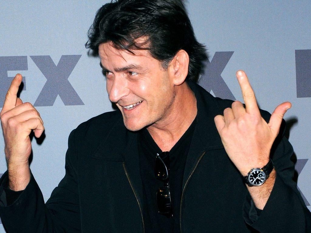 Charlie Sheen mit den Zeigefingern nach oben