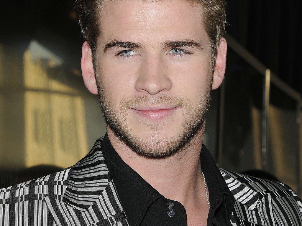 Liam Hemsworth im glänzenden Karo-Sakko