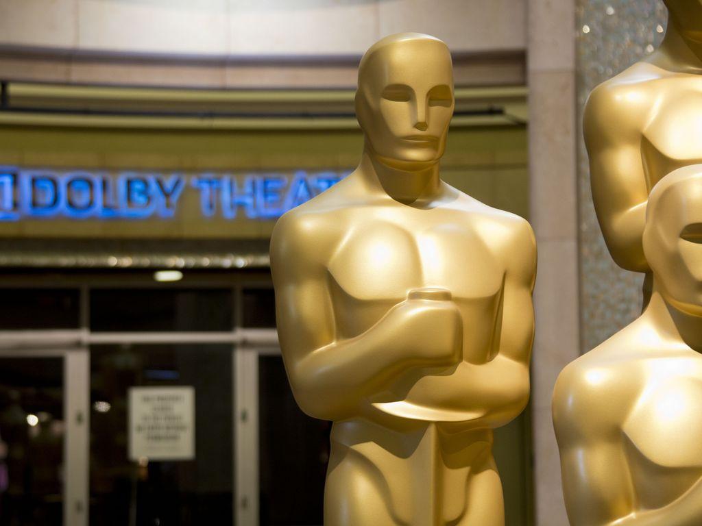 Das Dolby Theater mit Oscar-Statuen davor