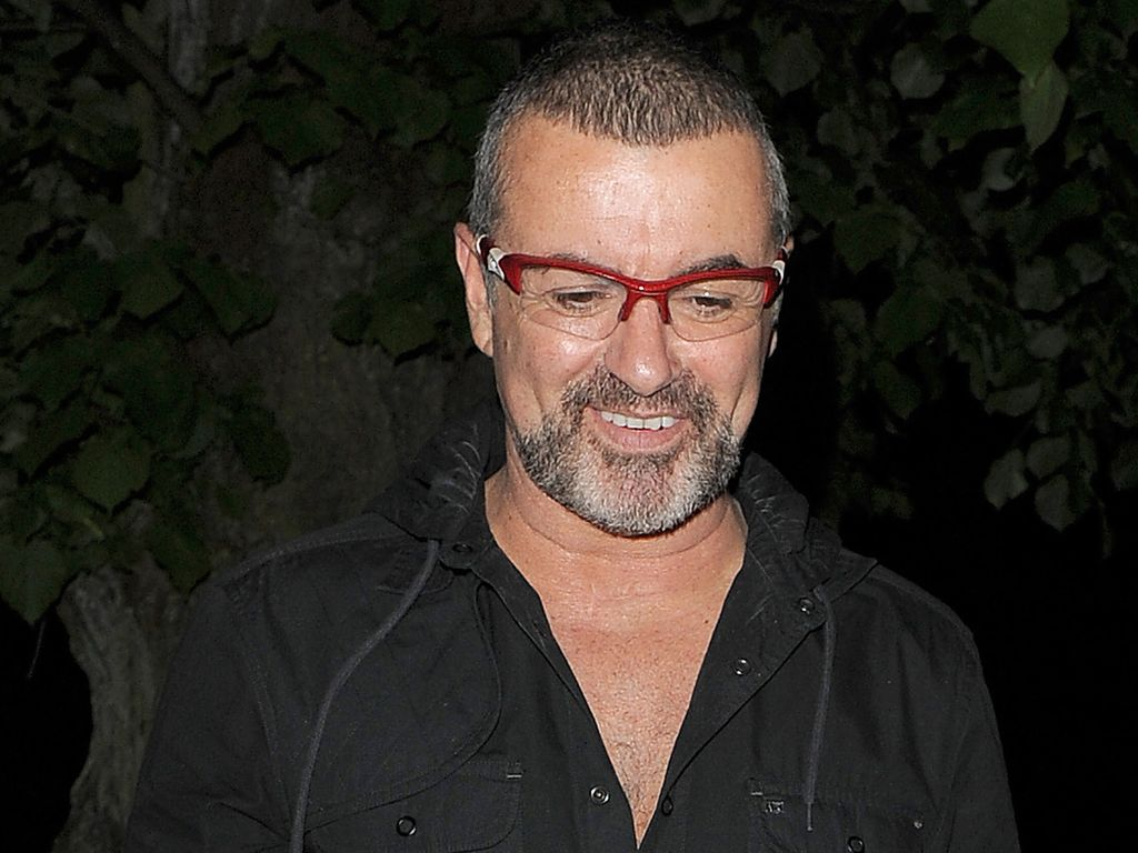 George Michael mit roter Brille