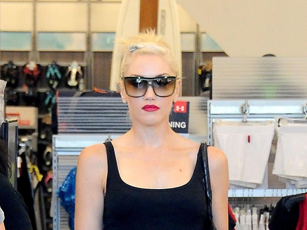 Gwen Stefani mit grünen, weiten Hosen