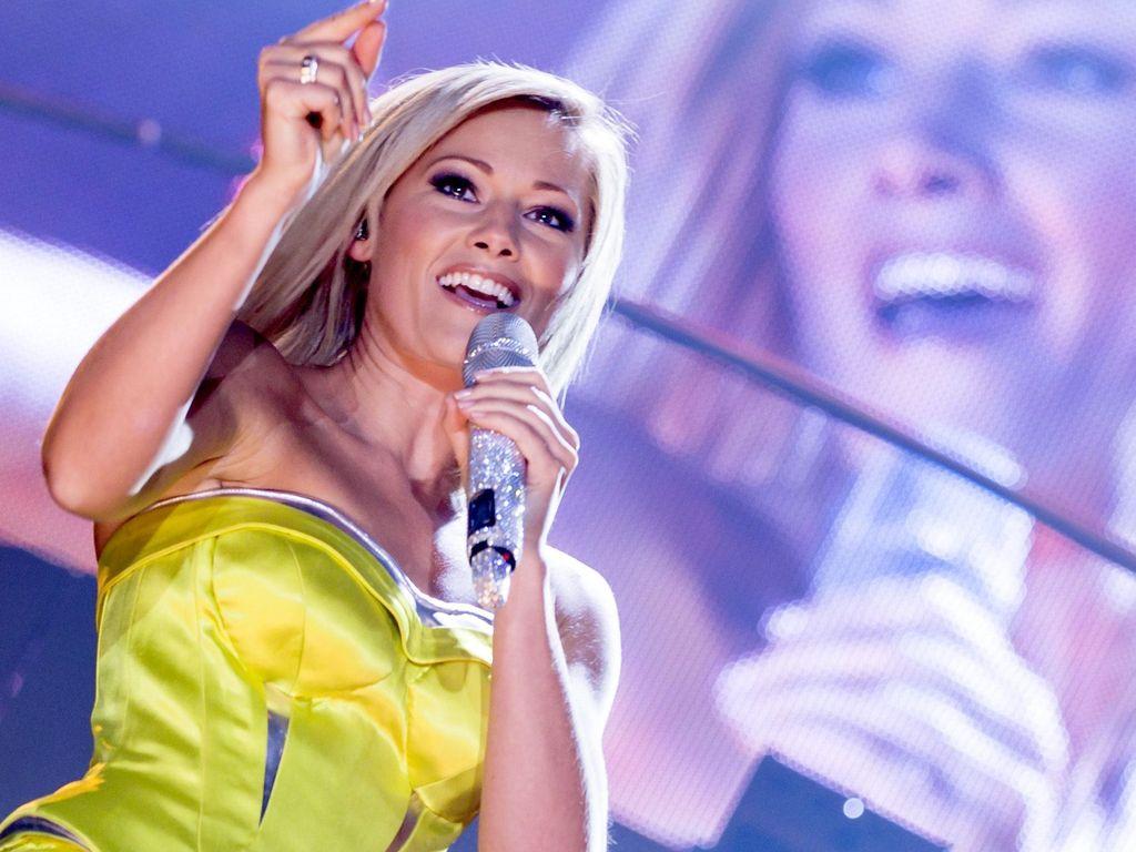 Helene Fischer im gelben Kleid auf der Bühne