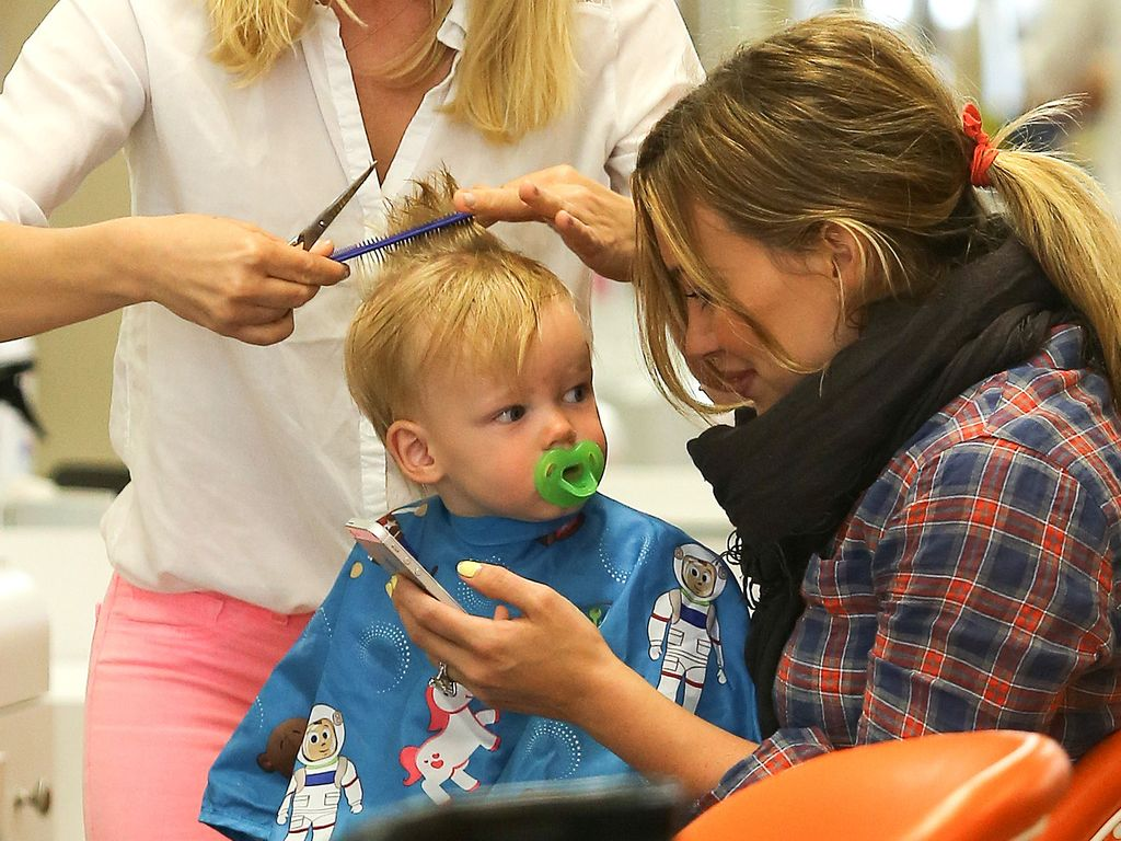 Hilary Duffs Sohn Luca bekommt einen Haarschnitt