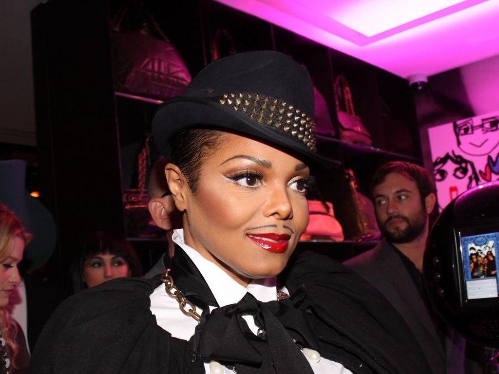 Janet Jackson mit Hut und Bart
