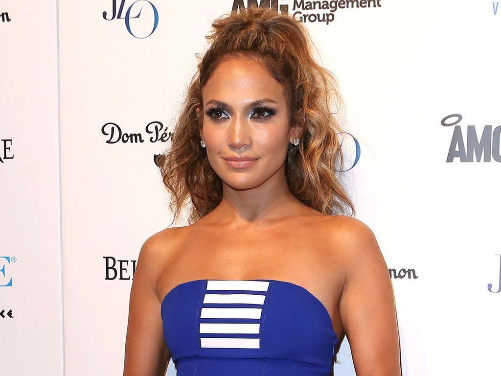 Jennifer Lopez im engen blauen Kleid
