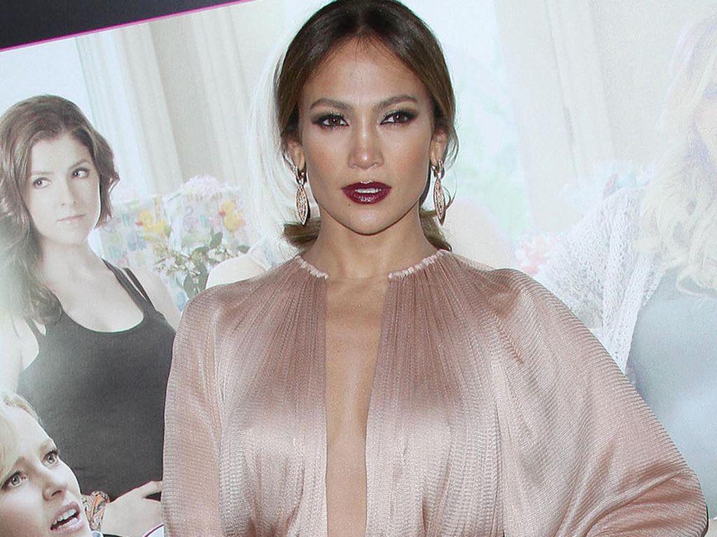 Jennifer Lopez in einem Seidenkleid