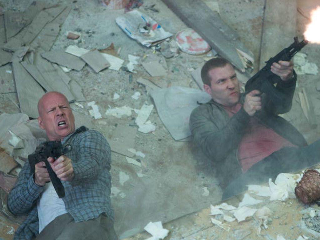 John McClane (Bruce Willis) und Jack McClane (Jai Courtney) ballern herum
