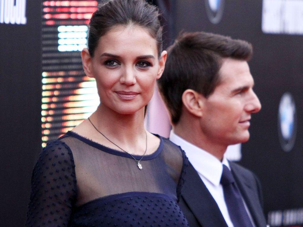 Katie Holmes und Tom Cruise im Hintergrund