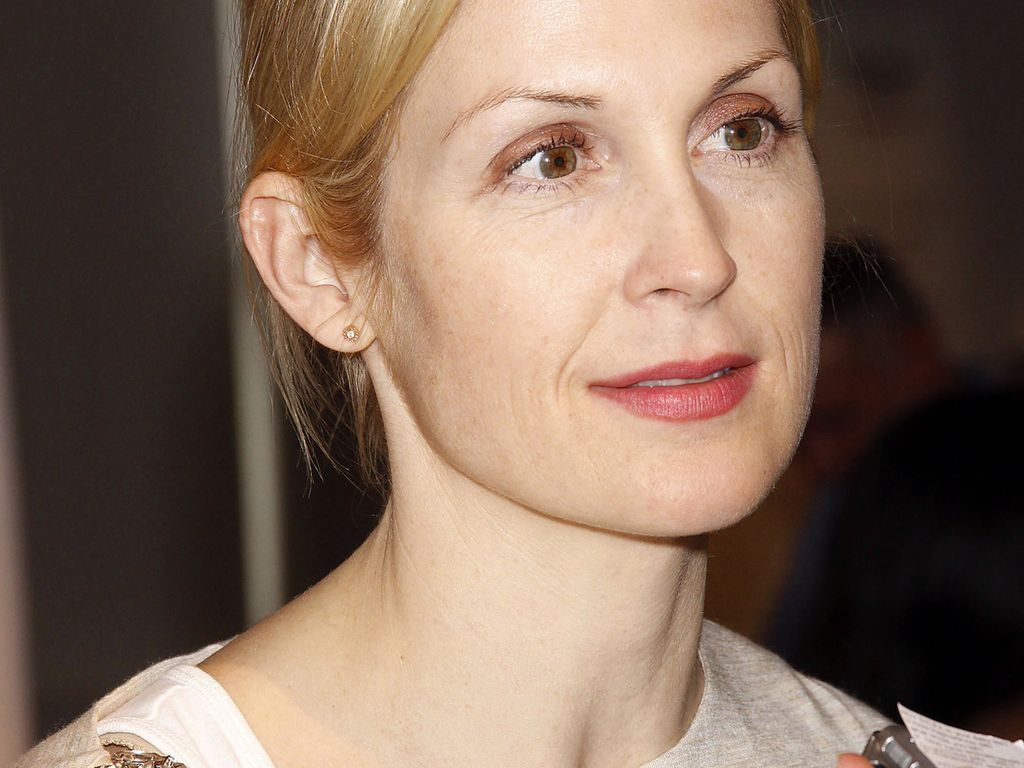 Kelly Rutherford guckt ernst