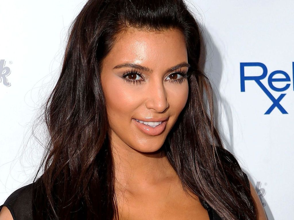 Kim Kardashian ist dezent geschminkt