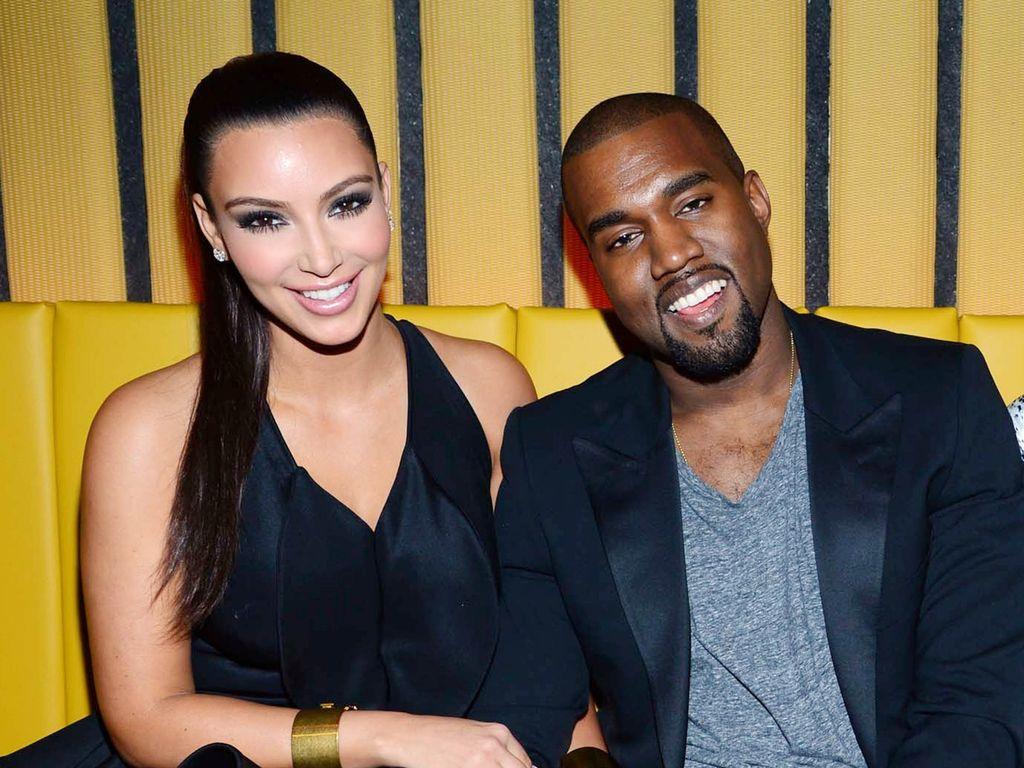 Kim und Kanye West sitzen nebeneinander
