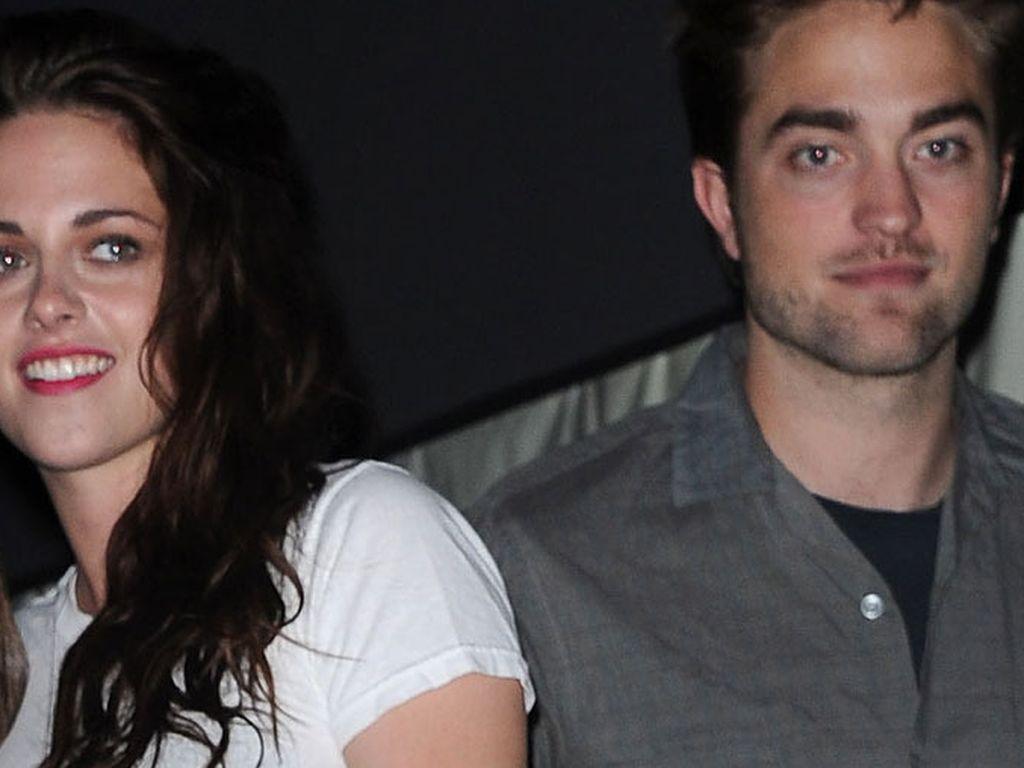 Kristen Stewart und Robert Pattinson stehen abgewandt voneinander