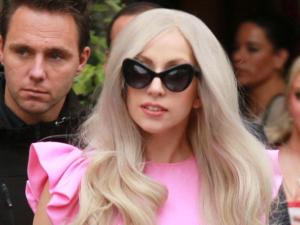 Lady GaGa mit rosa Bluse