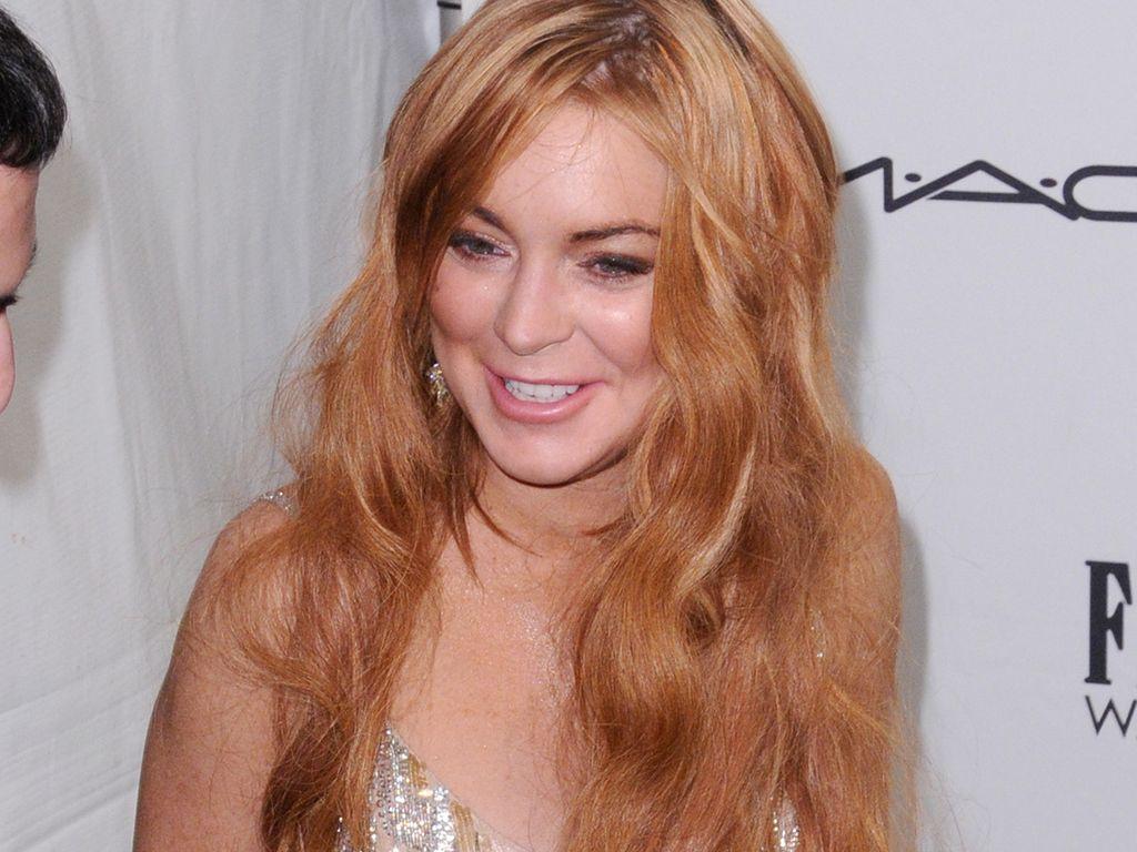 Lindsay Lohan zieht an ihrem Kleid