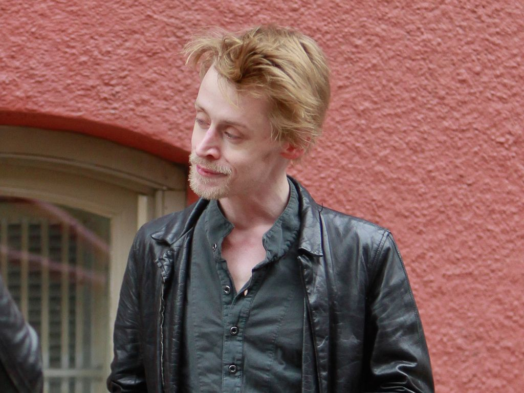 Macaulay Culkin trägt eine Lederjacke
