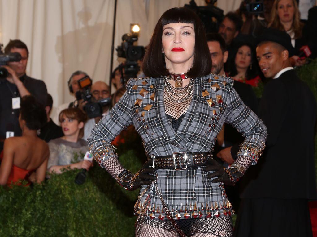Madonna im Nieten-Blazer