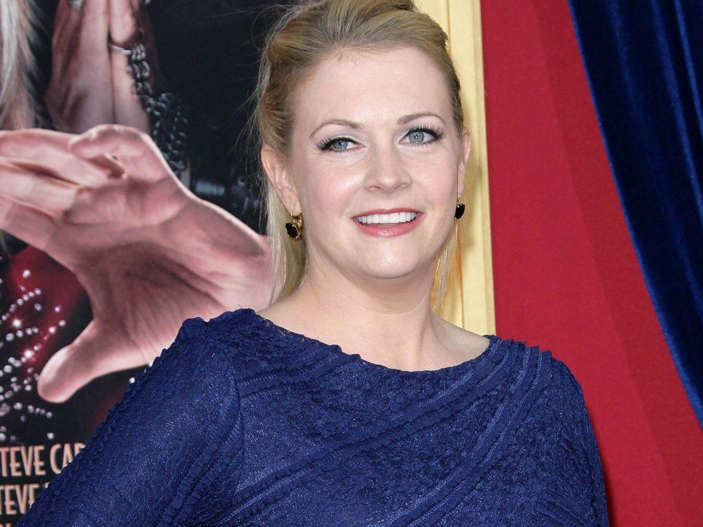 Melissa Joan Hart im dunkelblauen Dress mit Schleife