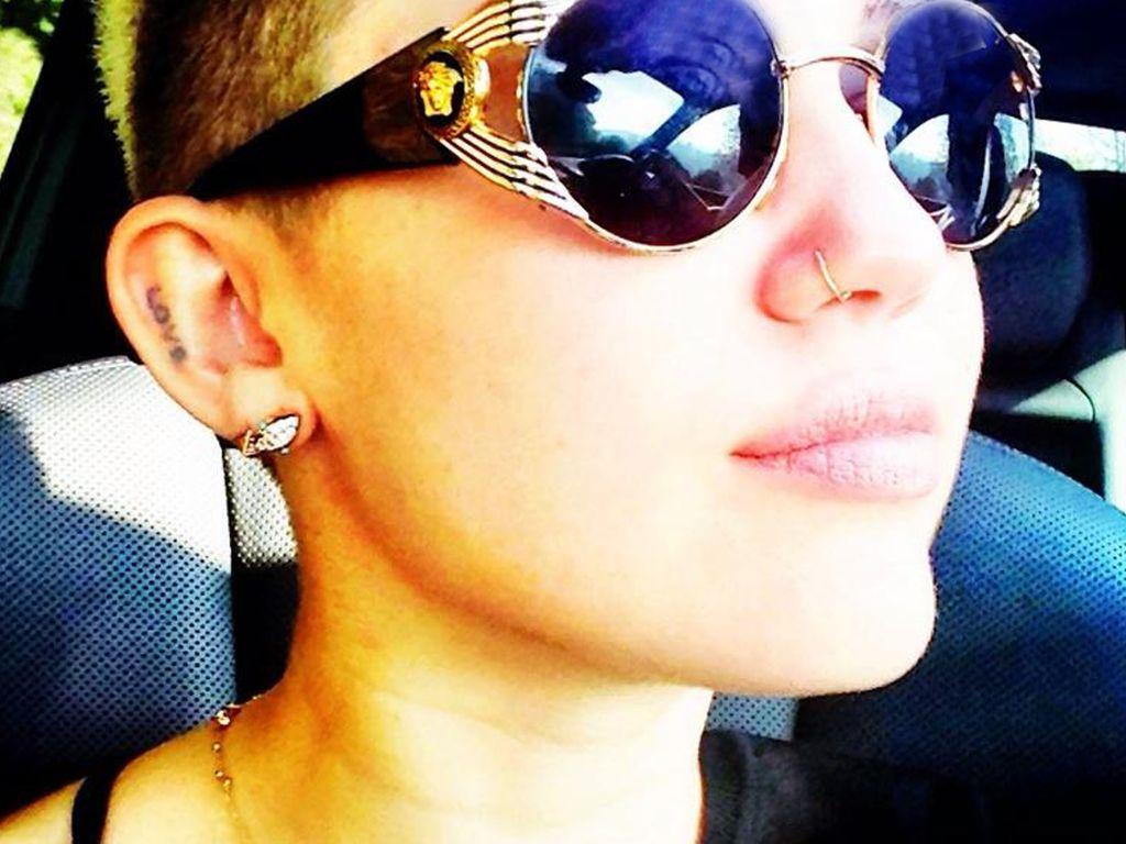 Miley Cyrus mit riesen Sonnenbrille