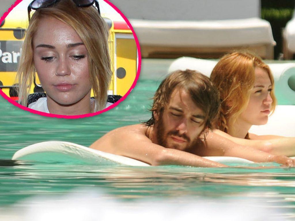 Miley mit Freund im Pool