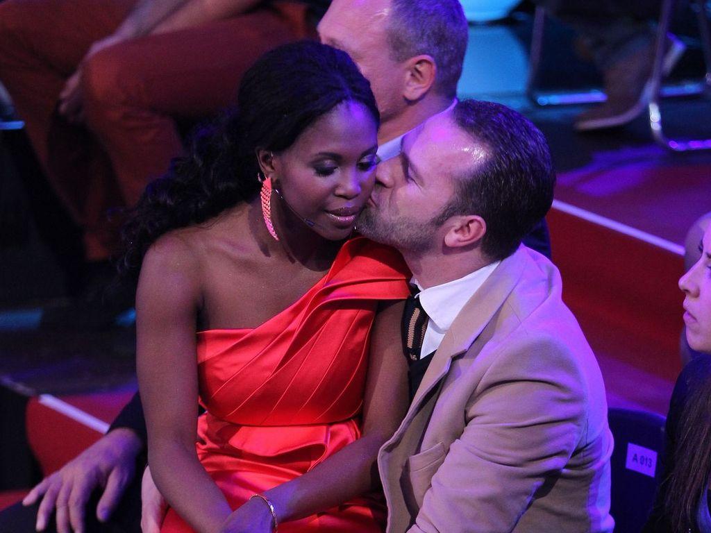 Motsi Mabuse kuschelt mit ihrem Mann