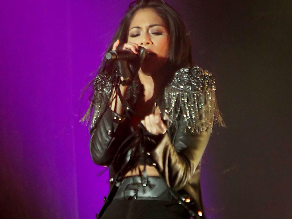 Nicole Scherzinger performt auf der Bühne