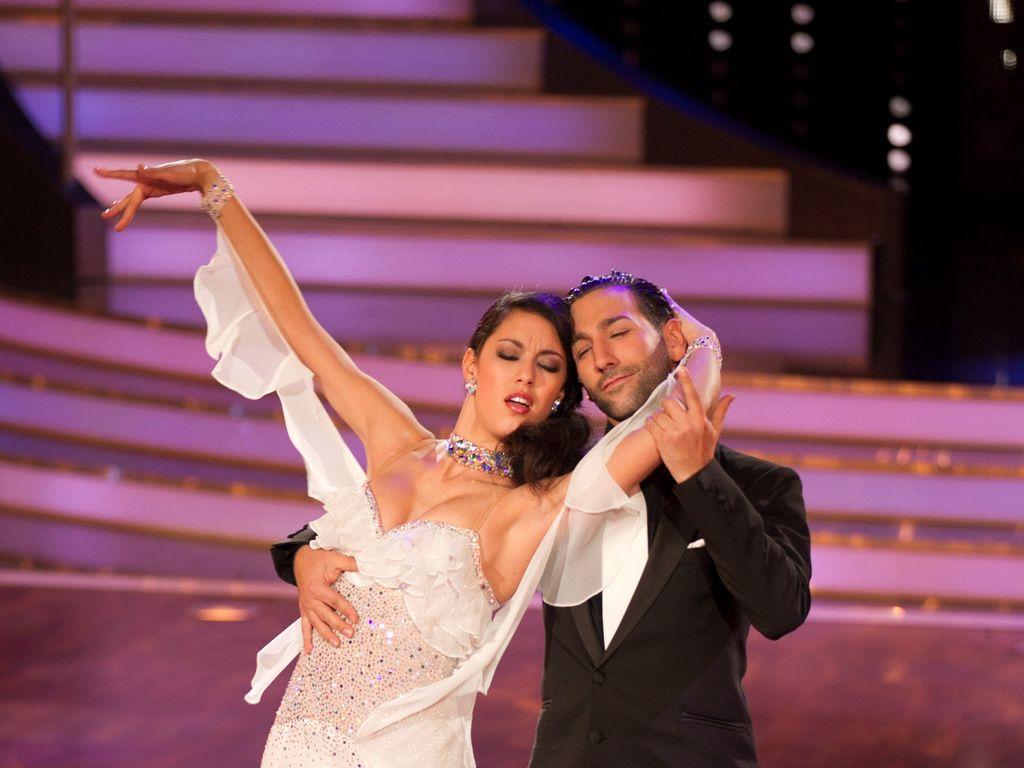 Rebecca Mir tanzt im rosa Kleid