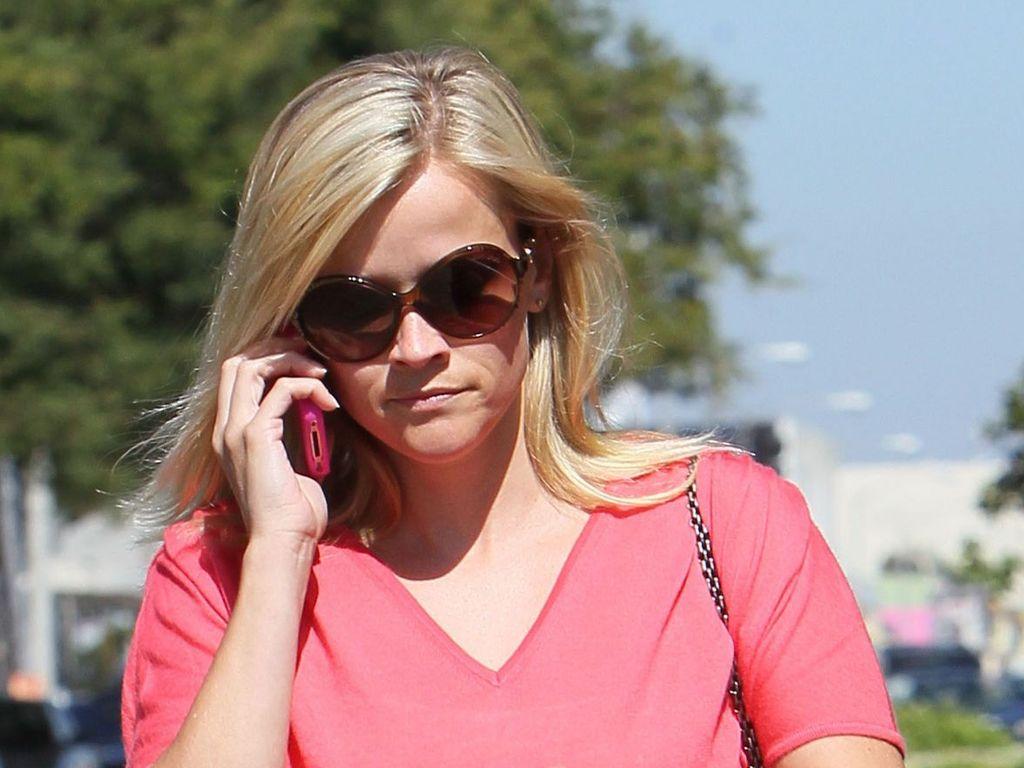 Reese Witherspoon geht telefonierend spazieren