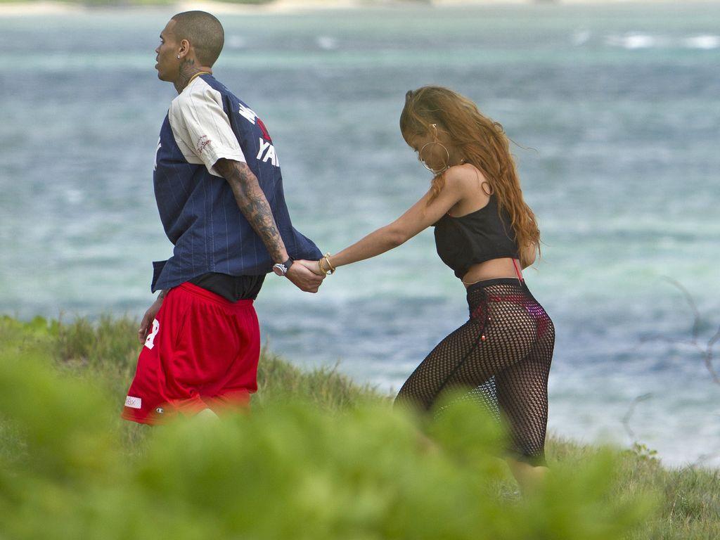 Rihanna am Strand mit Chris und viel Po