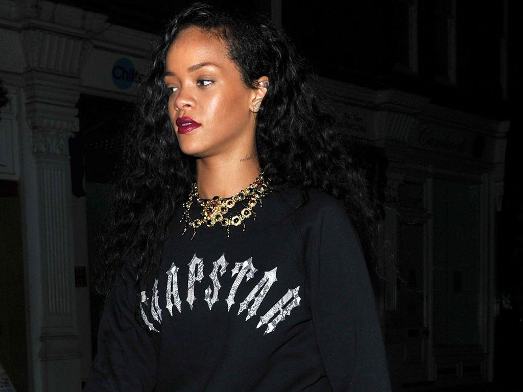 Rihanna in Schlangen-Overknees