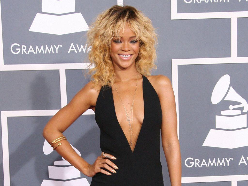 Rihanna mit einem tiefen Dekolleté