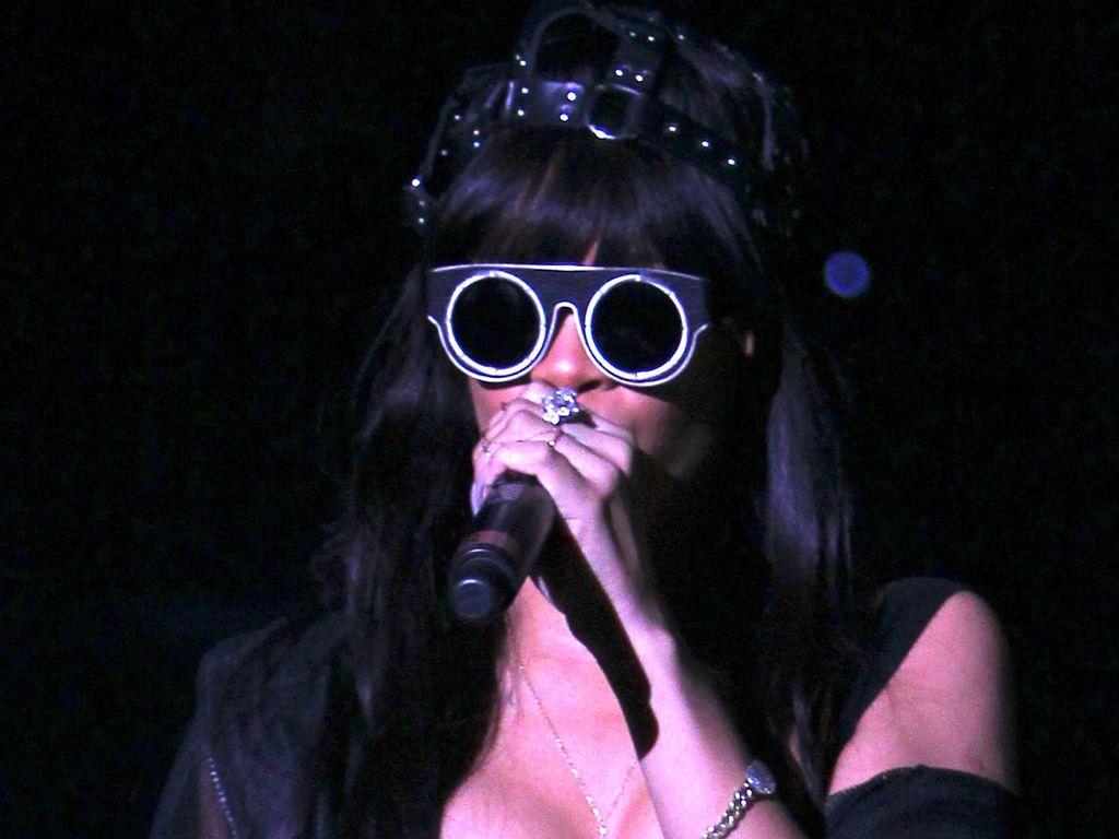 Rihanna mit mega Dekolleté