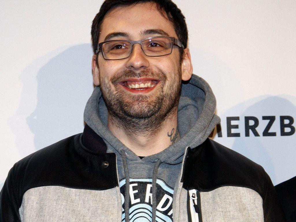 Sido grinst mit Brille
