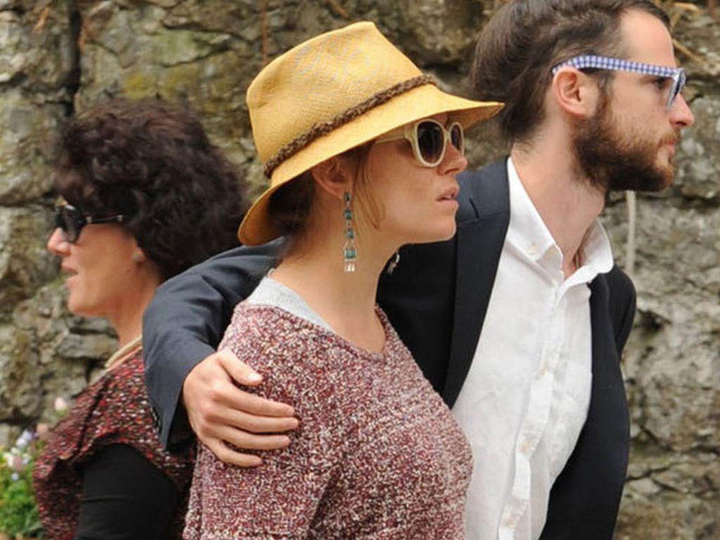 Sienna Miller mit Hut und Babybauch von der Seite