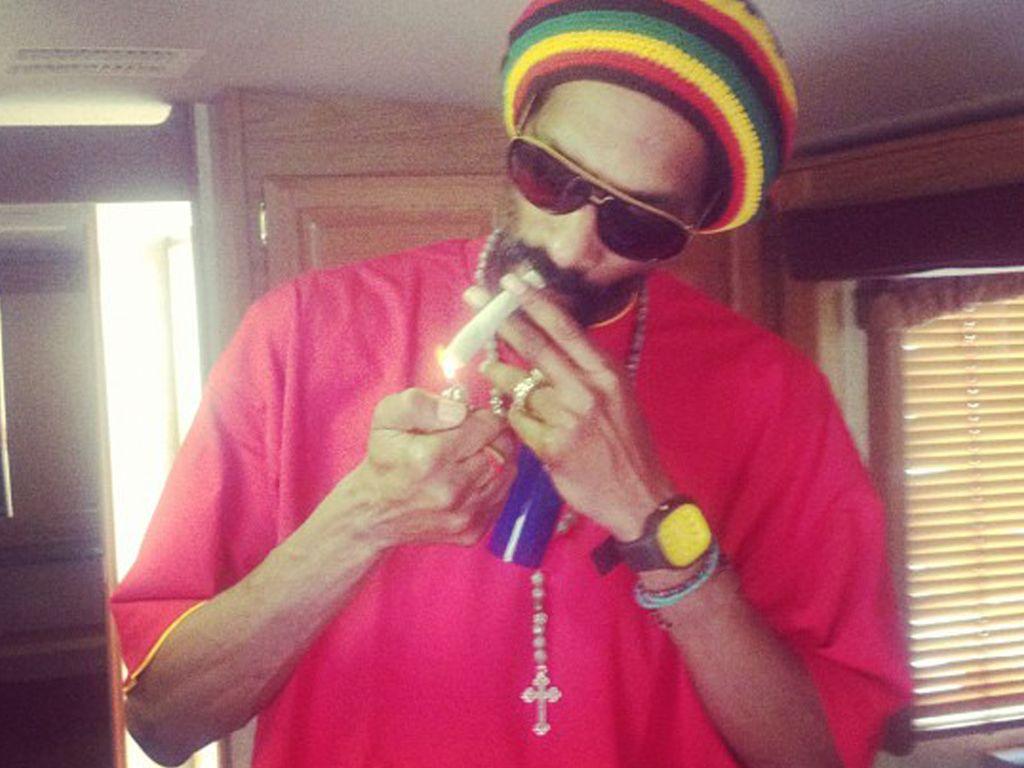 Snoop Dogg zieht an einem Dübel