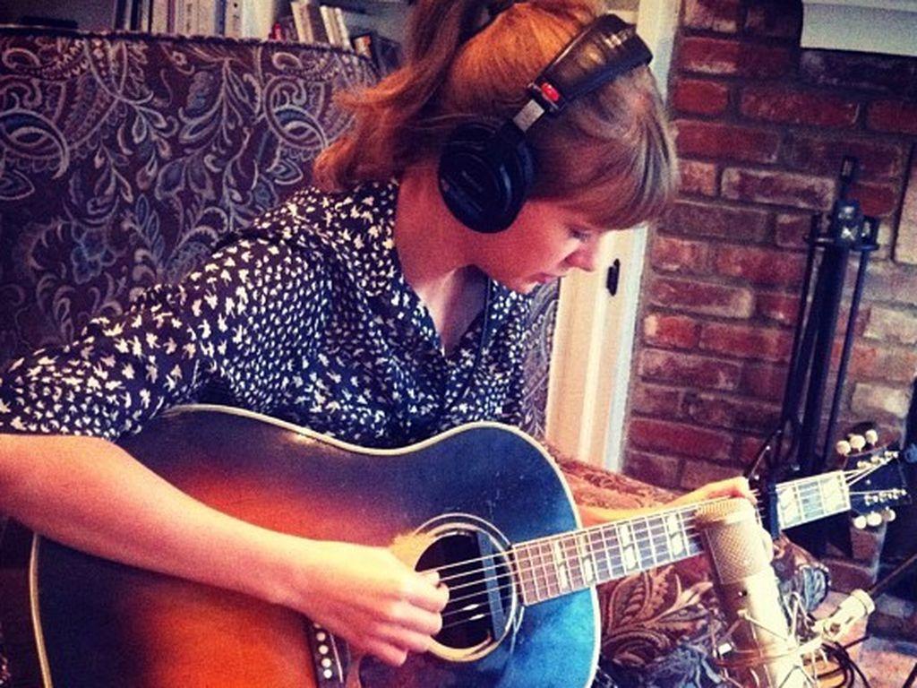 Taylor Swift spielt Gitarre