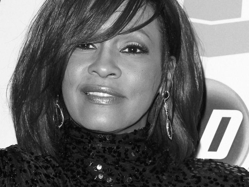 Whitney Houston lächelt schüchtern