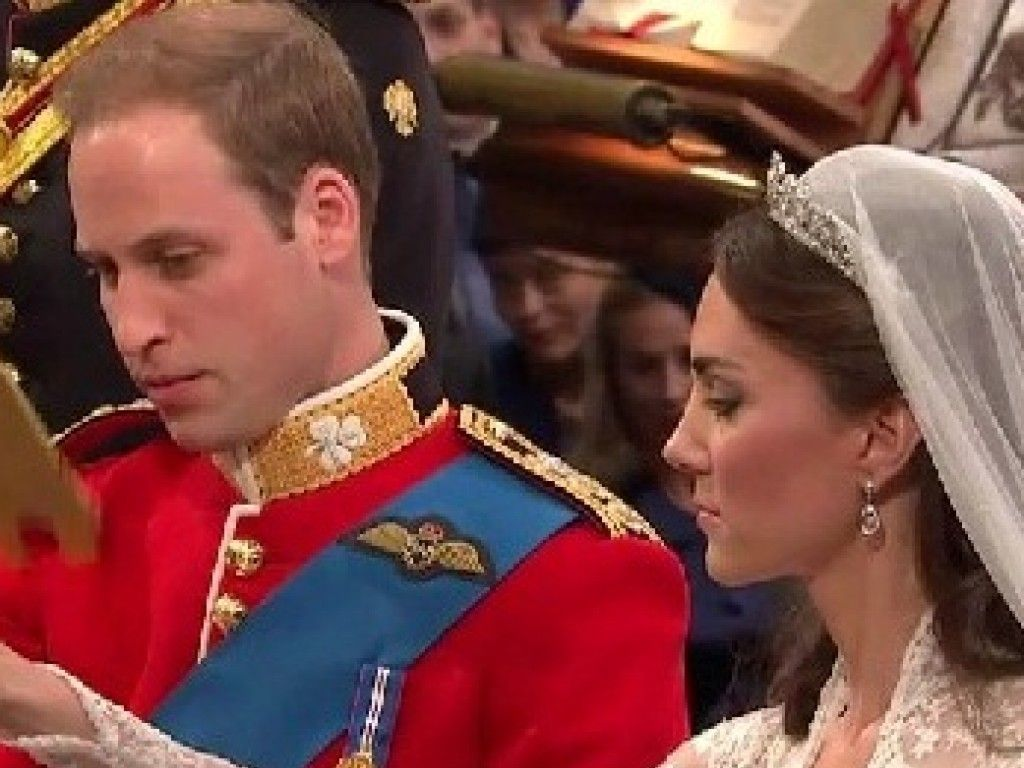 William steckt Kate den Ring an