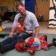Er besuchte HIV-infizierte Kinder in Afrika...