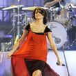 Selena Gomez im orangefarbenen Flatterkleid