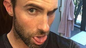 Adam Levine mit rosa Haarspitzen