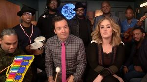 Adele und Jimmy Fallon musizieren mit The Roots