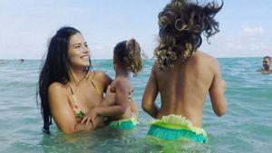 Adriana Lima planscht im Meer mit ihren Töchtern