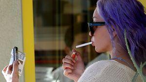 Amanda Bynes macht Selfie mit Zigarette