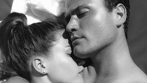 Angelina Heger und Rocco Stark kuscheln