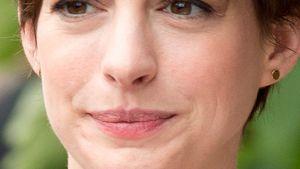 Anne Hathaway presst die Lippen zusammen