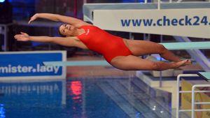 Annica Hansen springt beim Turmspringen