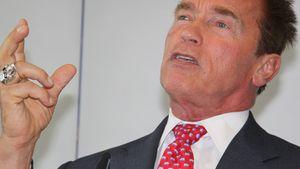 Arnold Schwarzenegger gestikuliert